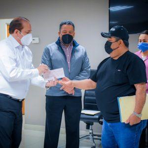 Entrega de cheques a beneficiarios del seguro de vivienda contra desastres naturales